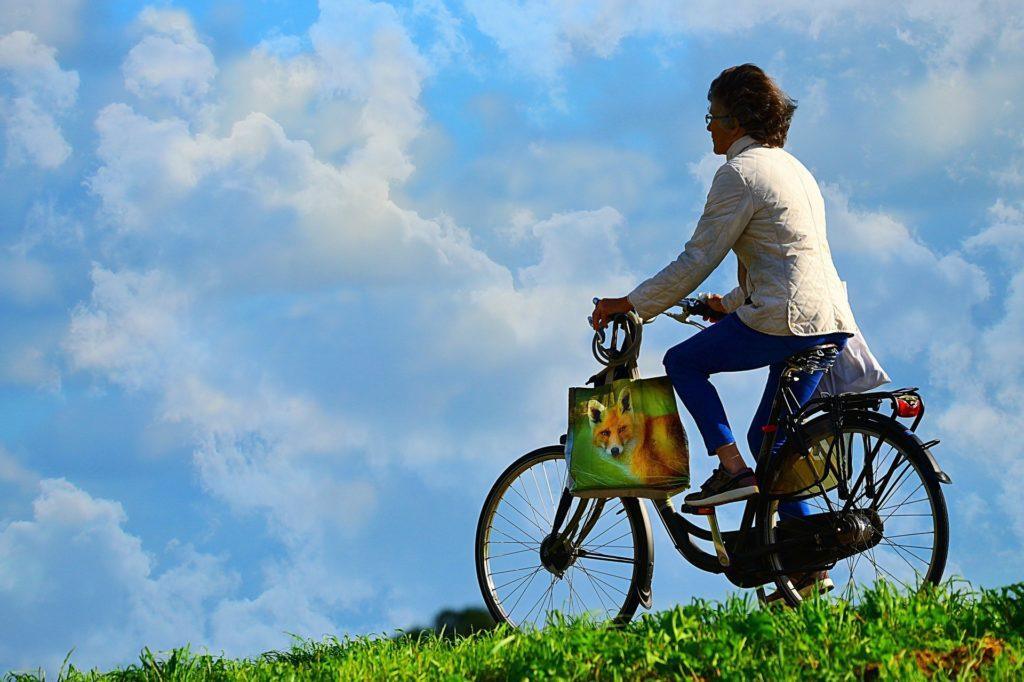 Bild zeigt Frau auf dem Radweg