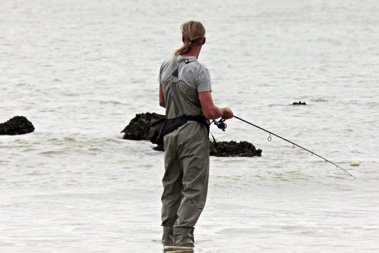 Mann beim Spinnfischen